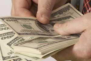 Население стало больше продавать валюту, чем покупать