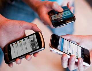 Продажи мобильных телефонов упали на треть