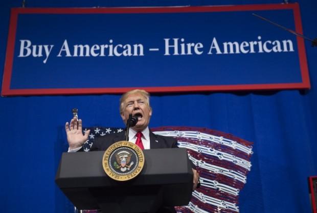 Трамп усложнил правила выдачи рабочих виз в США